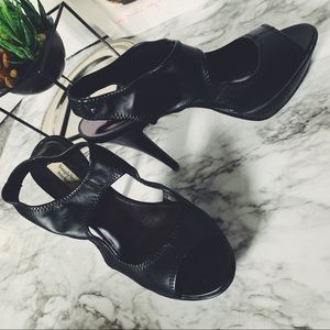 NWOT Vera Wang black pump heels with cut out